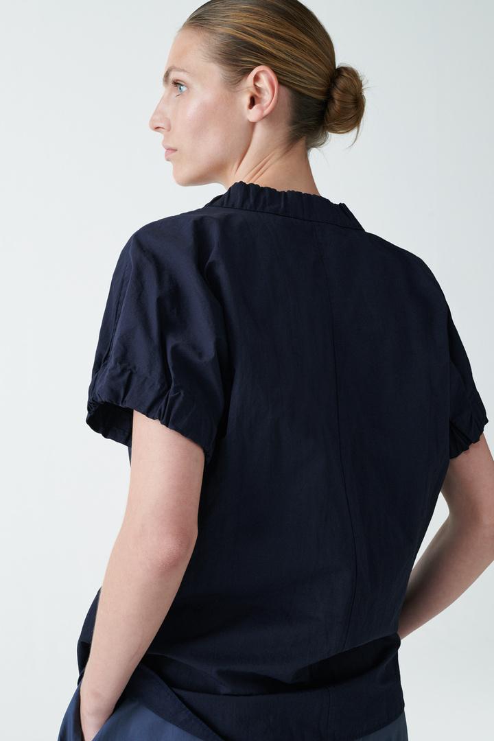 COS 개더드 러플드 셔츠의 네이비컬러 ECOMLook입니다.