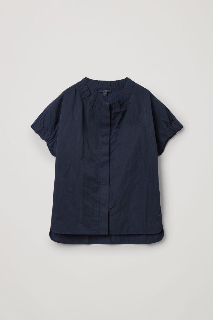 COS 개더드 러플드 셔츠의 네이비컬러 Product입니다.