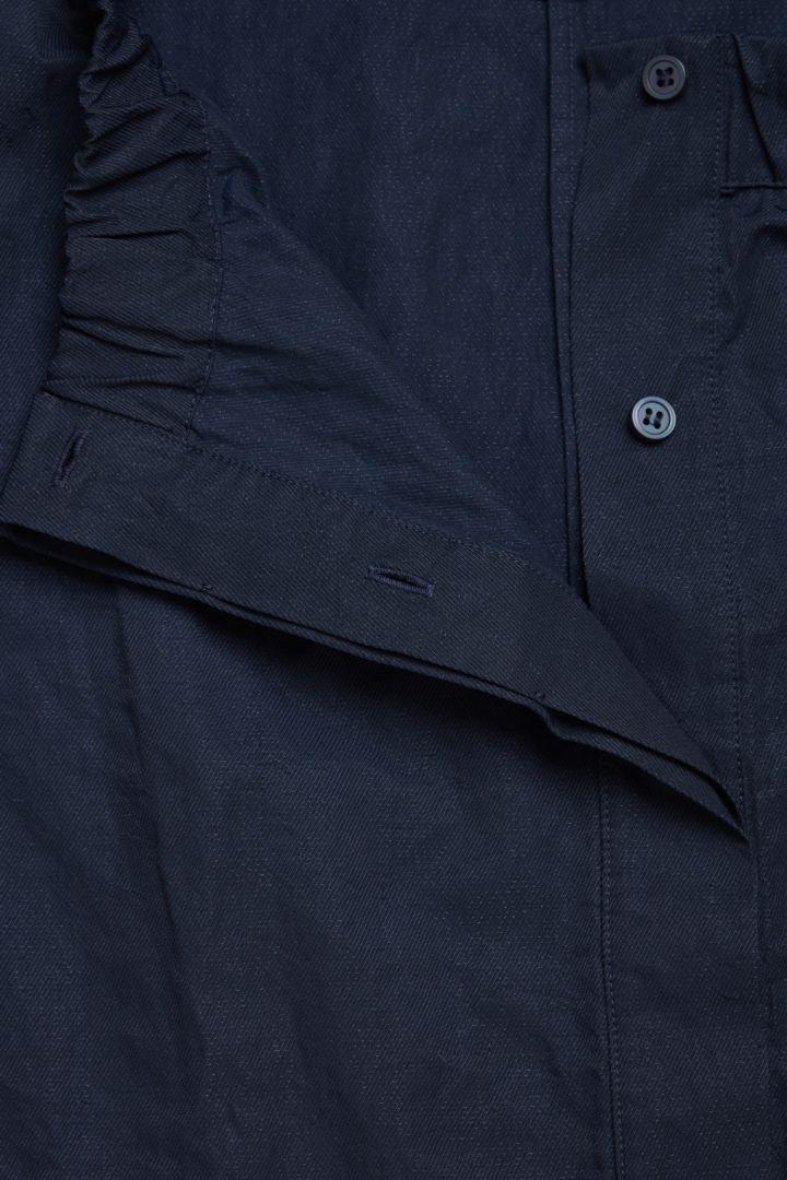 COS 개더드 러플드 셔츠의 네이비컬러 Detail입니다.