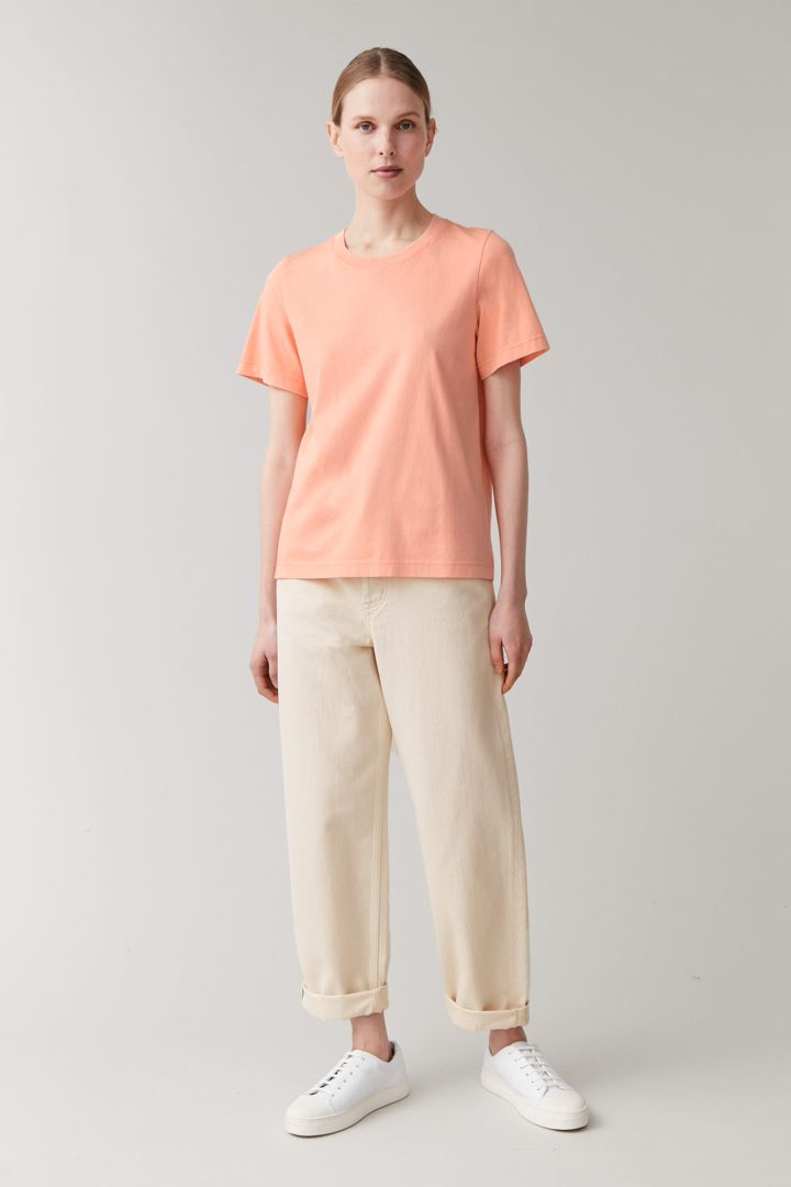 COS 코튼 저지 티셔츠의 핑크컬러 ECOMLook입니다.