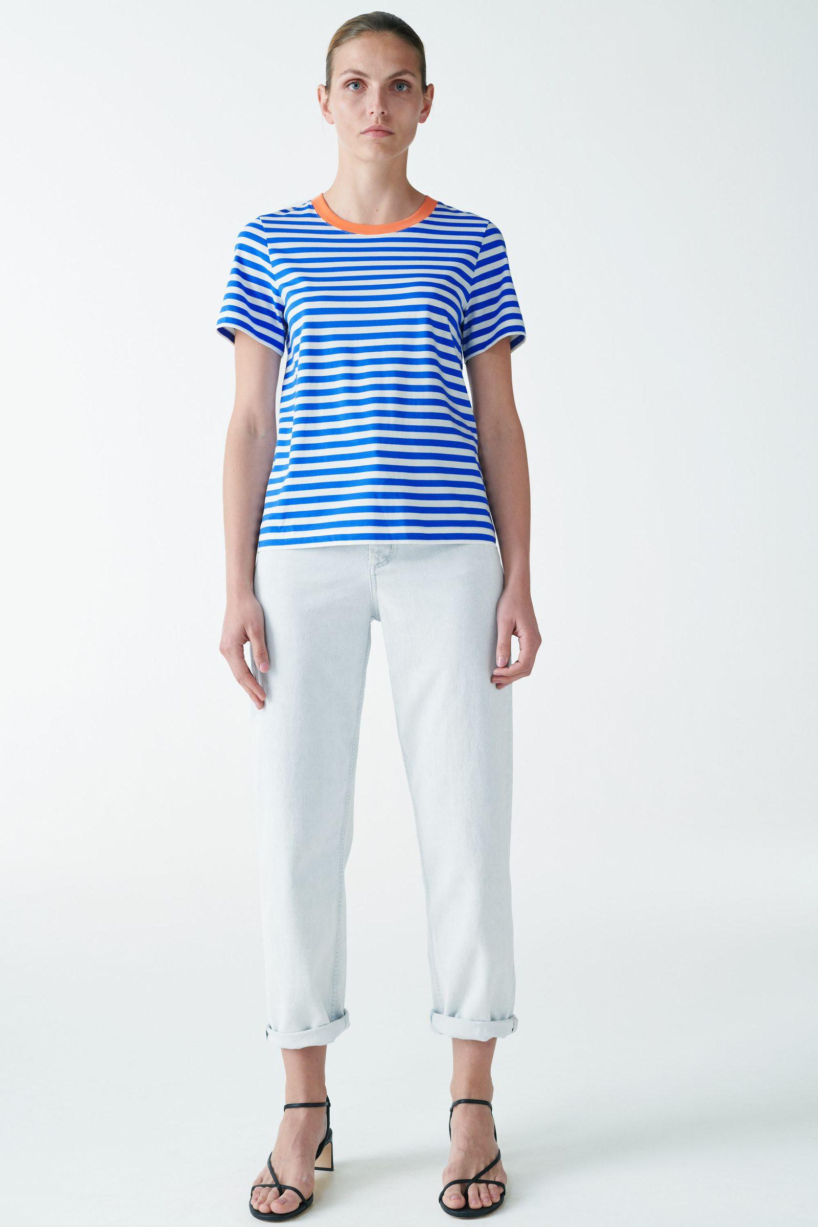 COS 코튼 저지 티셔츠의 화이트 / 블루컬러 ECOMLook입니다.