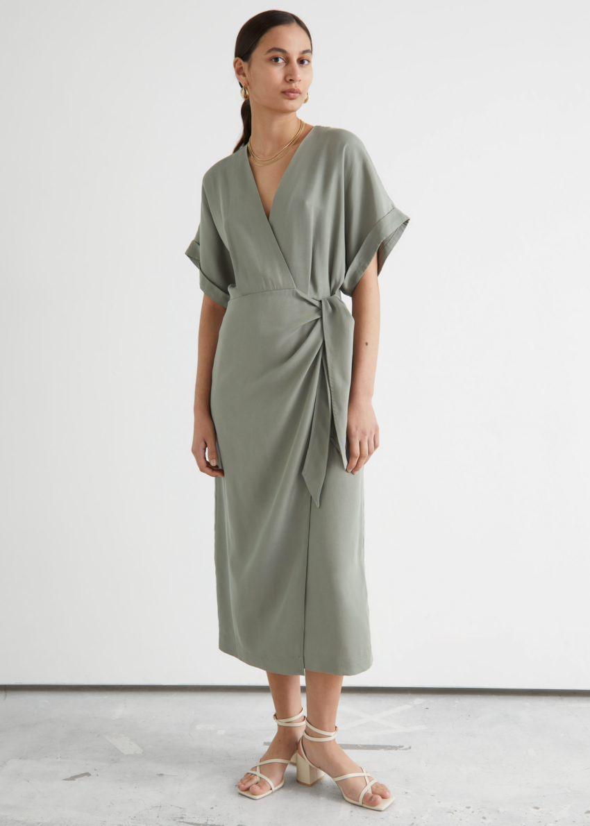 앤아더스토리즈 폴드-업 슬리브 미디 랩 드레스의 카키컬러 ECOMLook입니다.