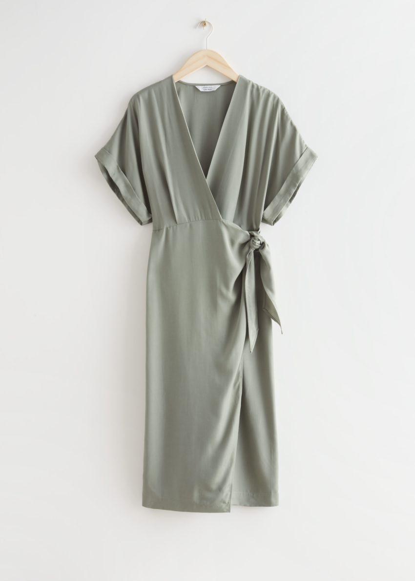 앤아더스토리즈 폴드-업 슬리브 미디 랩 드레스의 카키컬러 Product입니다.
