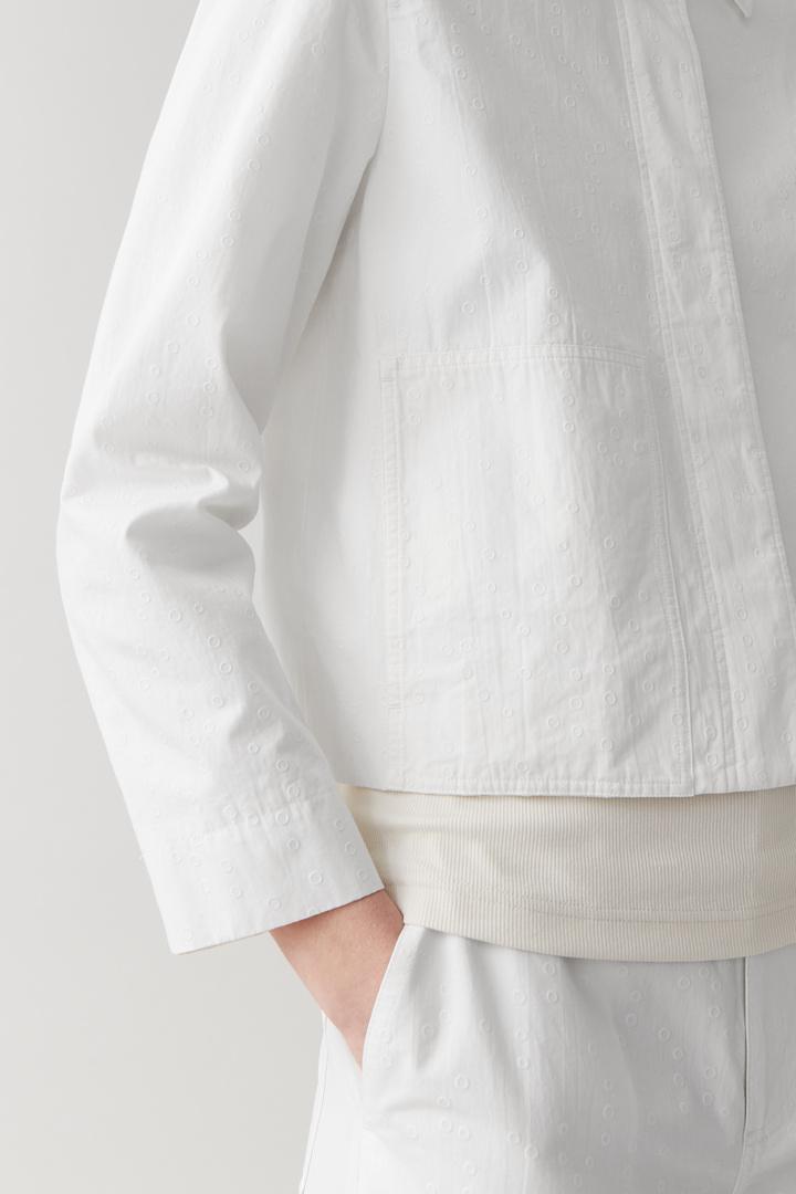 COS 크롭 코튼 재킷의 화이트컬러 ECOMLook입니다.