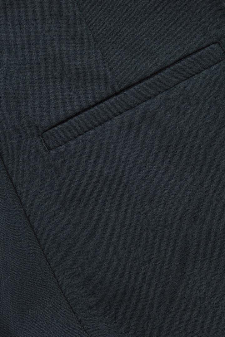 COS 스키니 레깅스 트라우저의 블랙컬러 Product입니다.