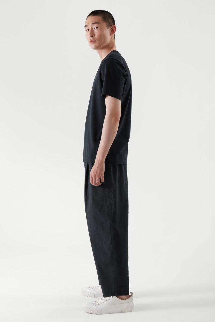 COS 레귤러 핏 브러쉬드 코튼 티셔츠의 블루컬러 ECOMLook입니다.