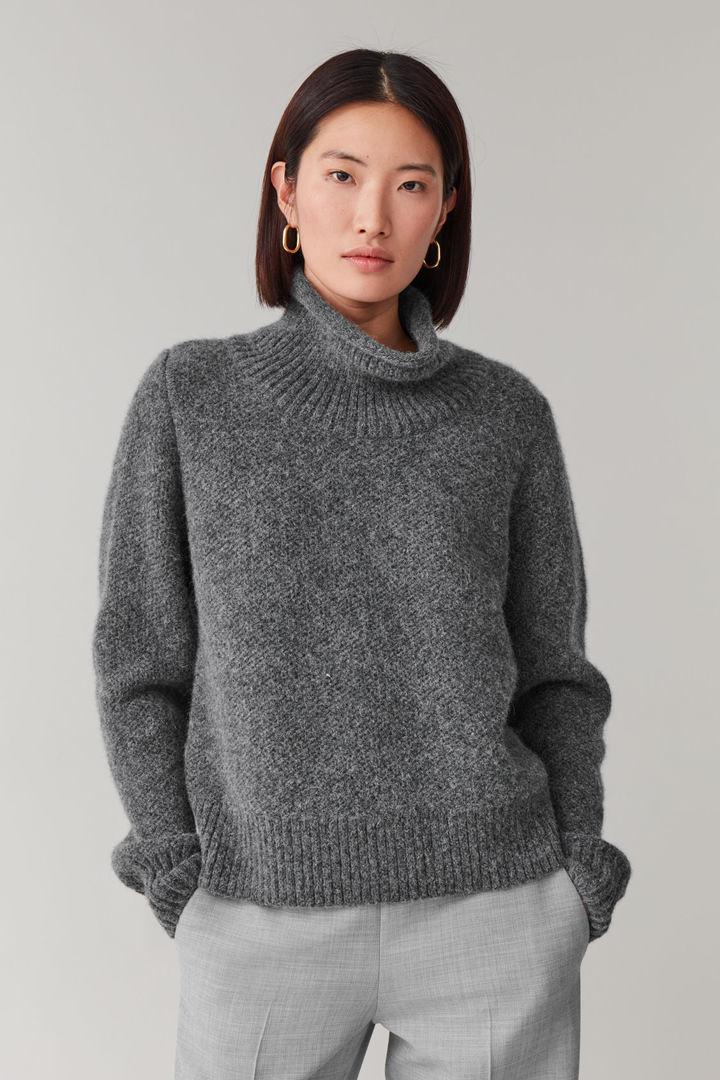 COS default image 1 of 그레이 in 모스 스티치드 알파카 야크 스웨터