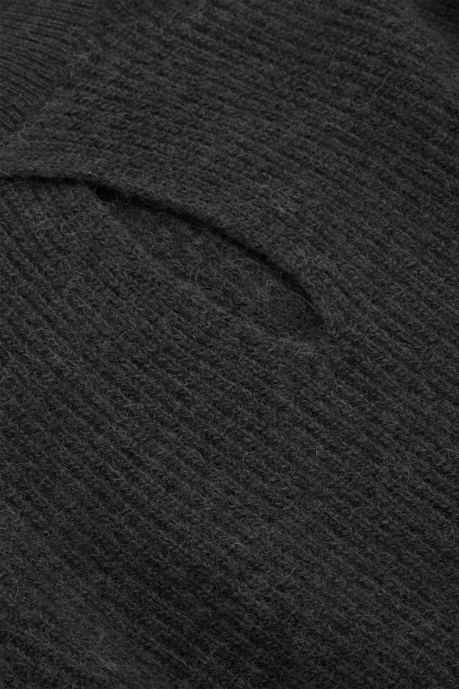COS 울 알파카 니티드 탑의 그레이컬러 Detail입니다.