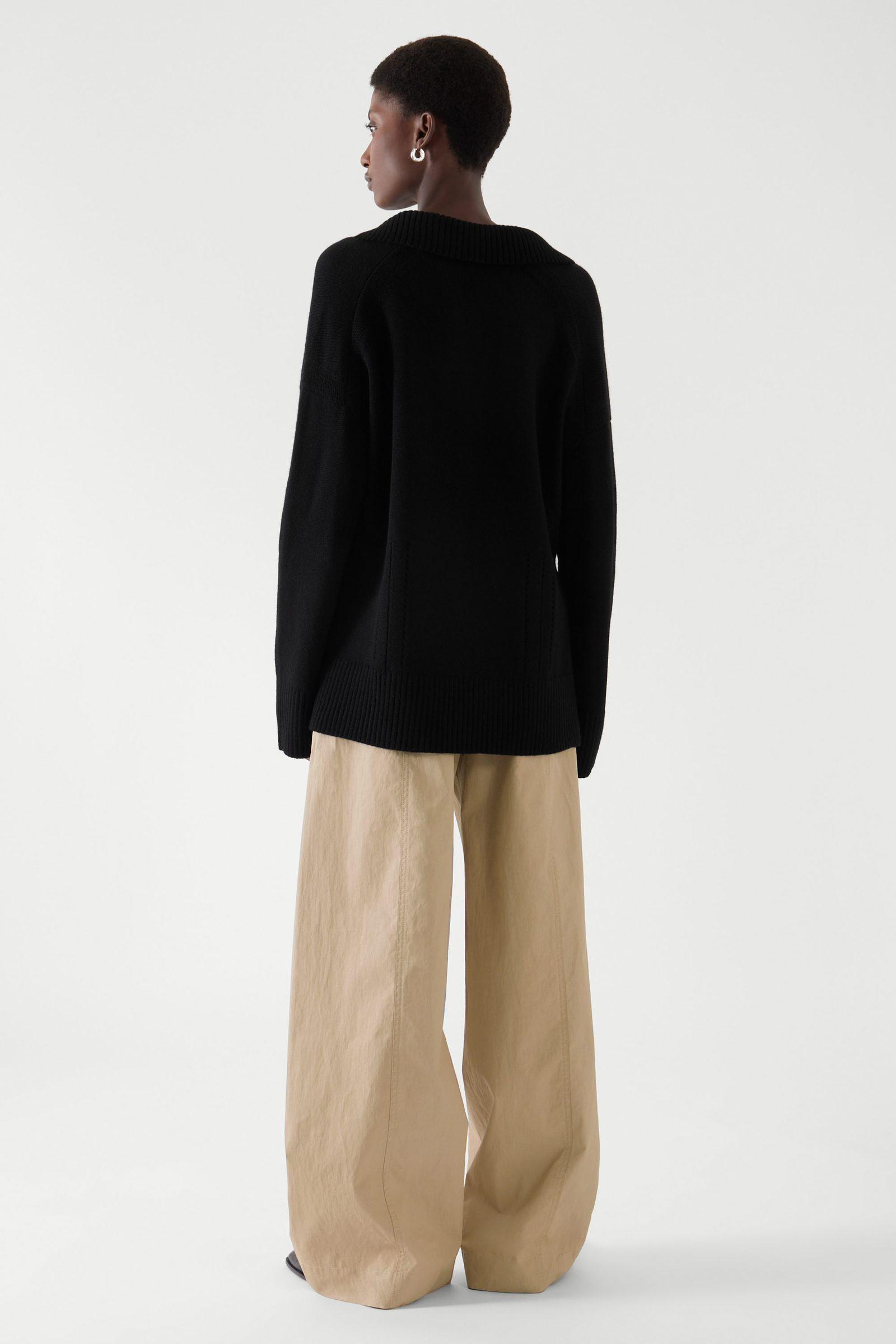COS 니티드 브이넥 스웨터의 블랙컬러 ECOMLook입니다.