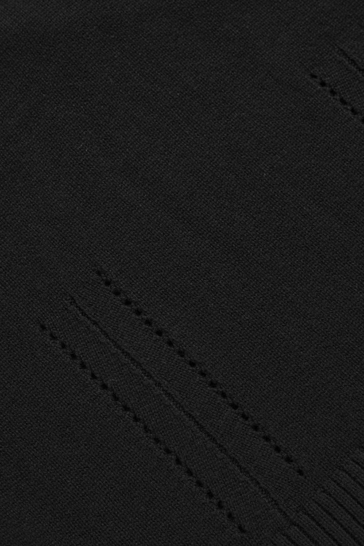 COS 니티드 브이넥 스웨터의 블랙컬러 Detail입니다.