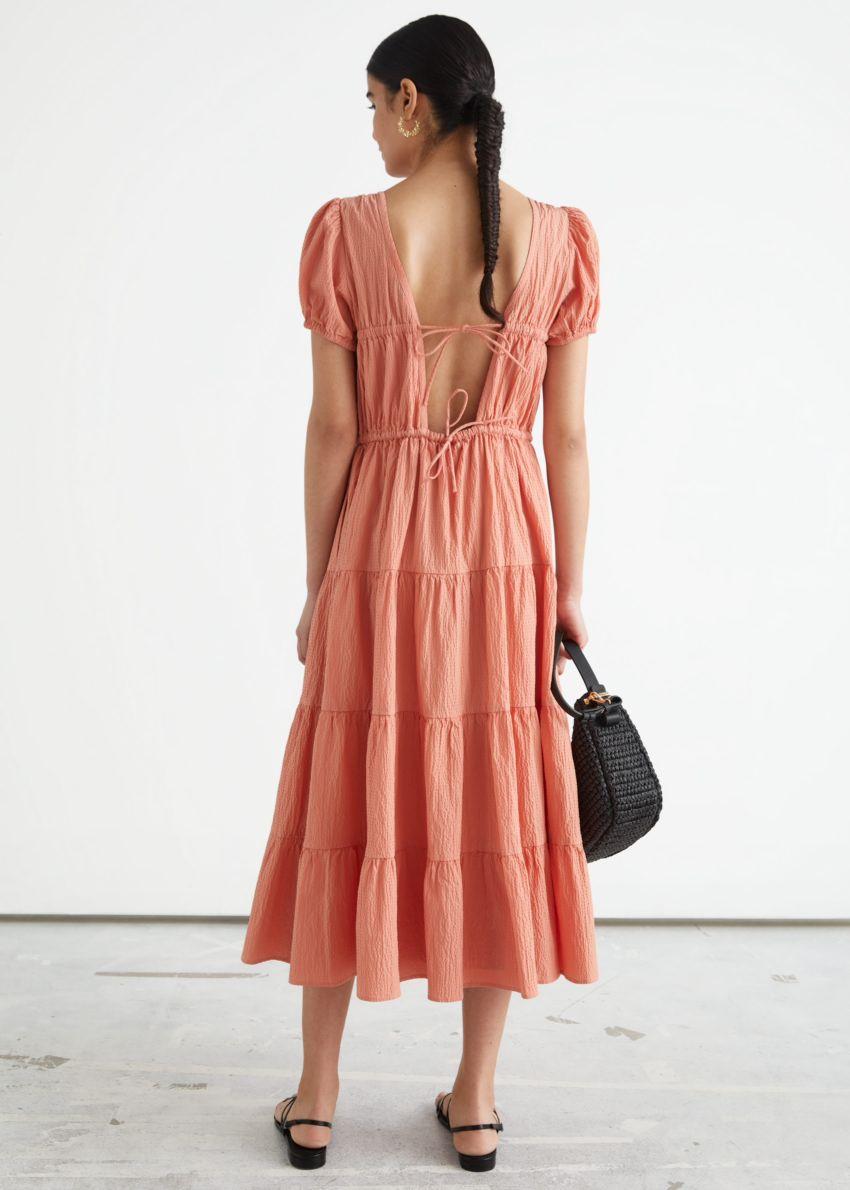 앤아더스토리즈 티어드 퍼프 슬리브 코튼 미디 드레스의 피치컬러 ECOMLook입니다.