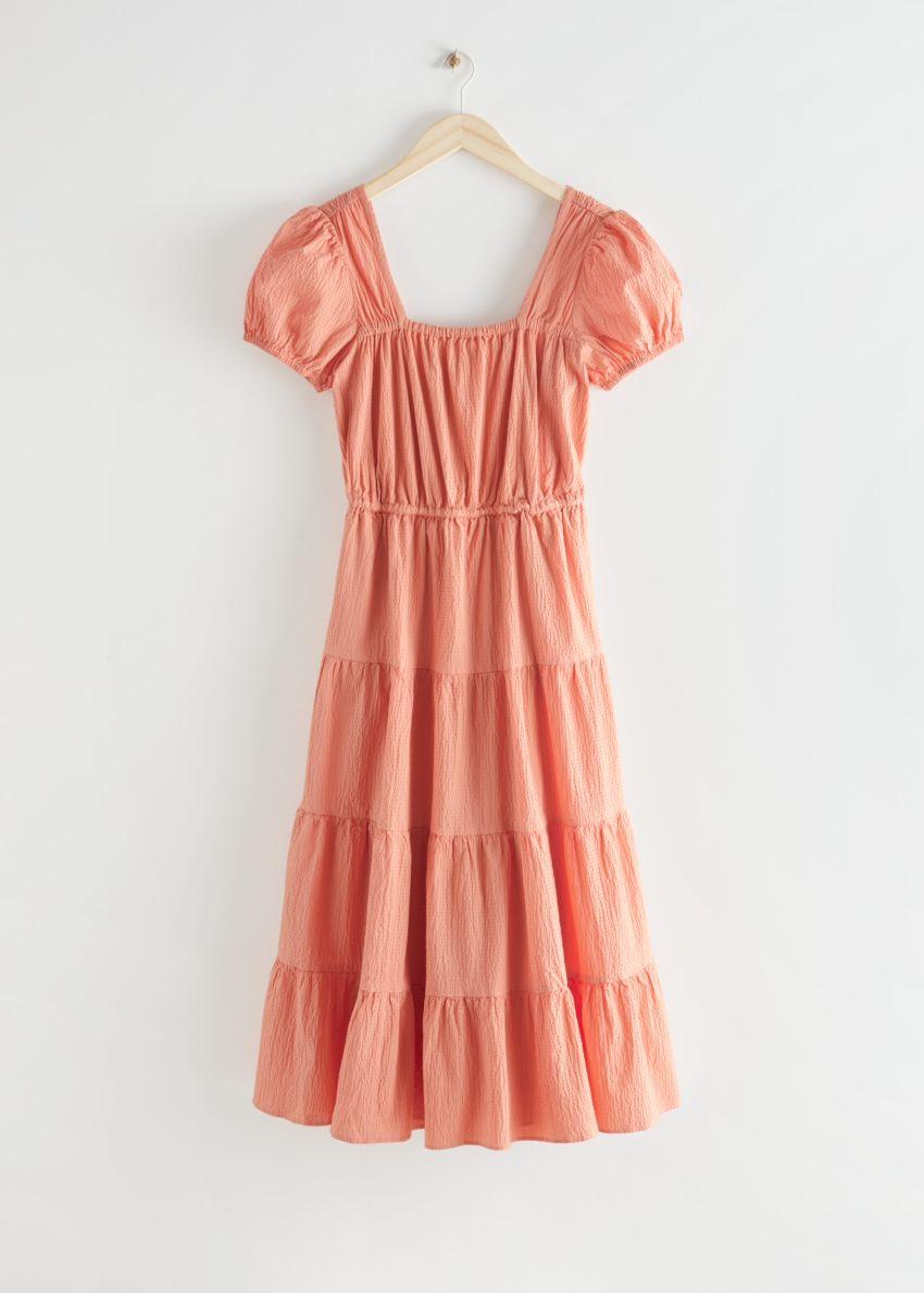 앤아더스토리즈 티어드 퍼프 슬리브 코튼 미디 드레스의 피치컬러 Product입니다.