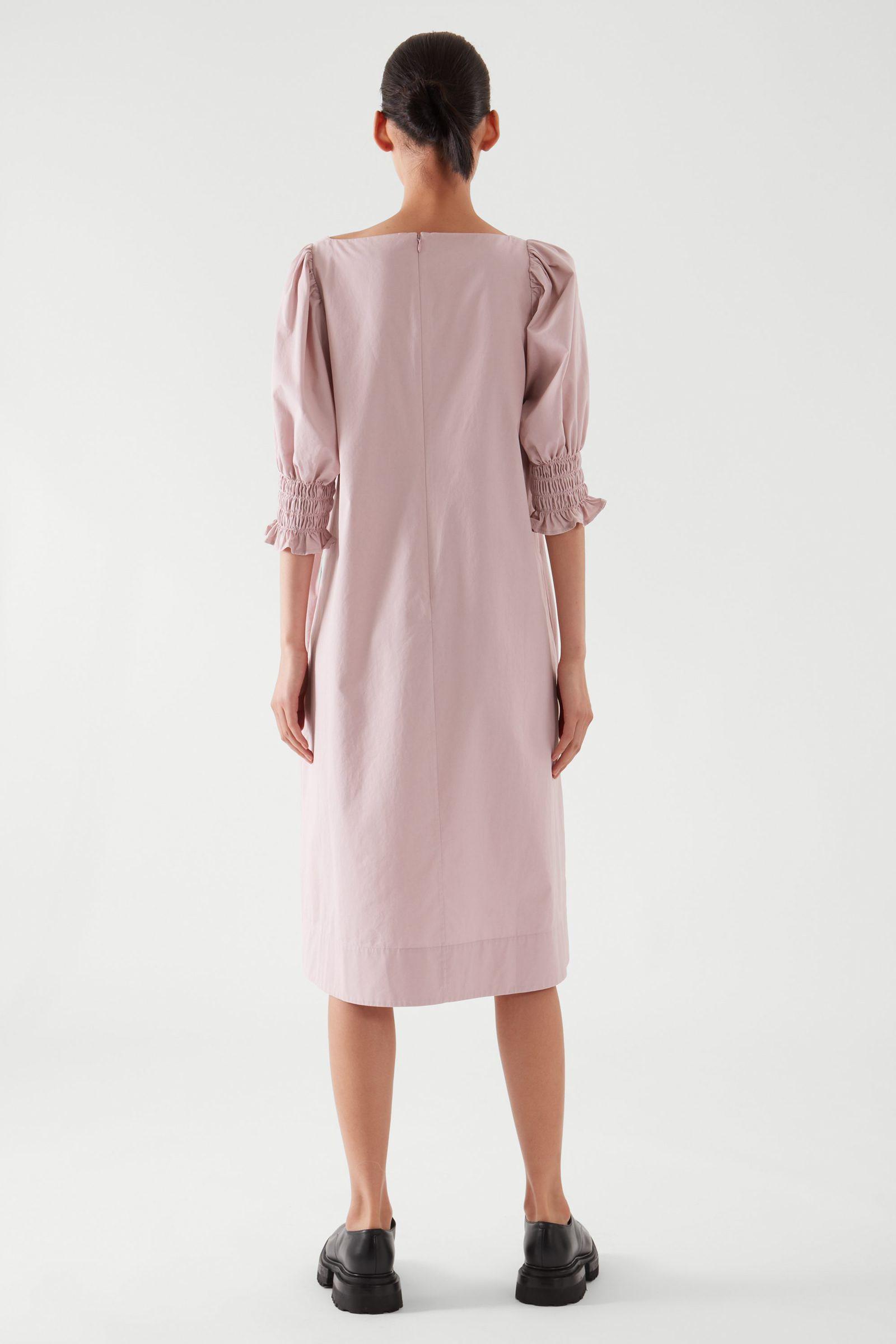 COS 스퀘어 넥 스모킹 드레스의 더스티 핑크컬러 ECOMLook입니다.