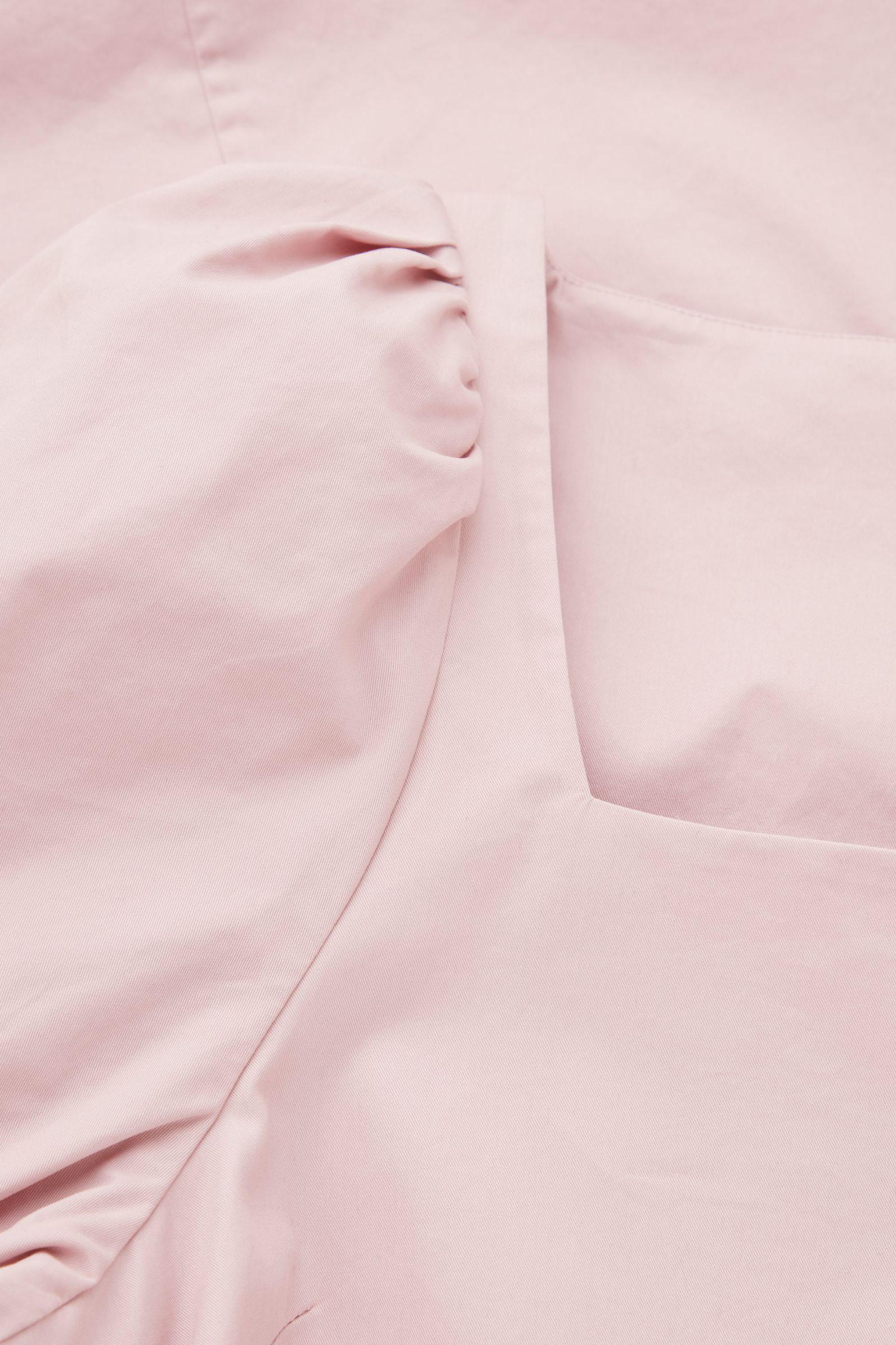 COS 스퀘어 넥 스모킹 드레스의 더스티 핑크컬러 Detail입니다.