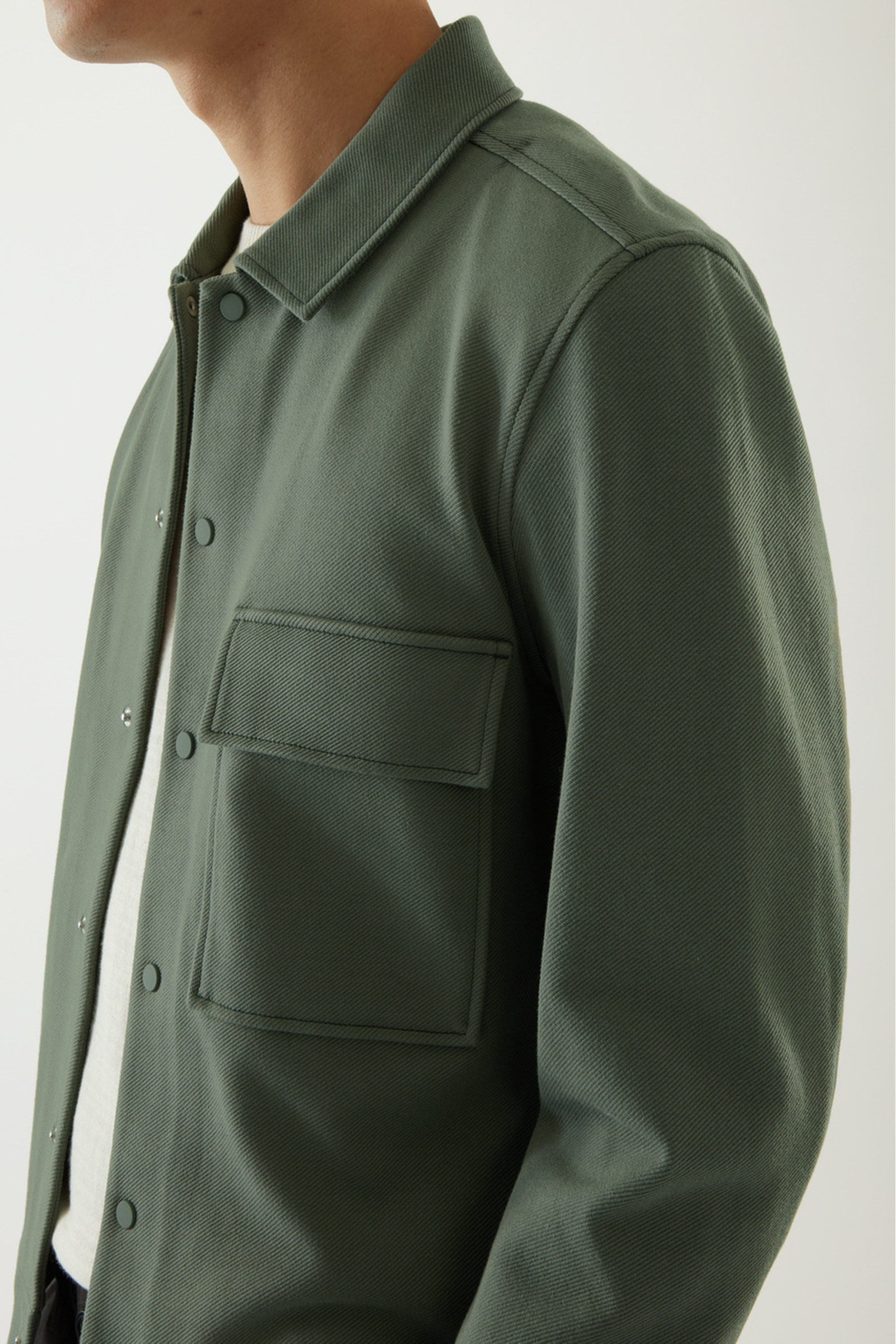 COS 코튼 트윌 셔츠 재킷 의 세이지 그린컬러 ECOMLook입니다.