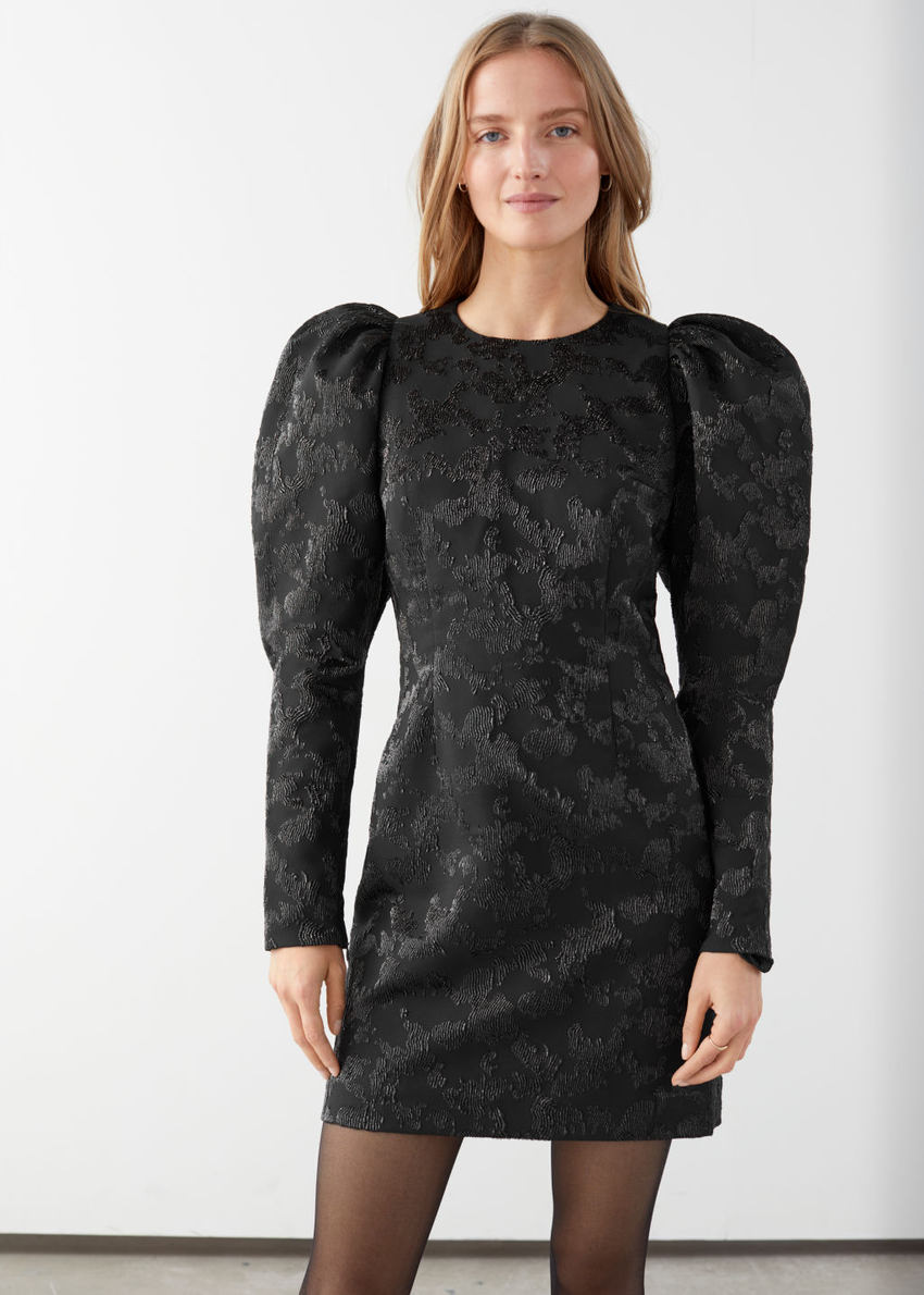 앤아더스토리즈 퍼프 슬리브 미니 자카드 드레스의 블랙컬러 ECOMLook입니다.