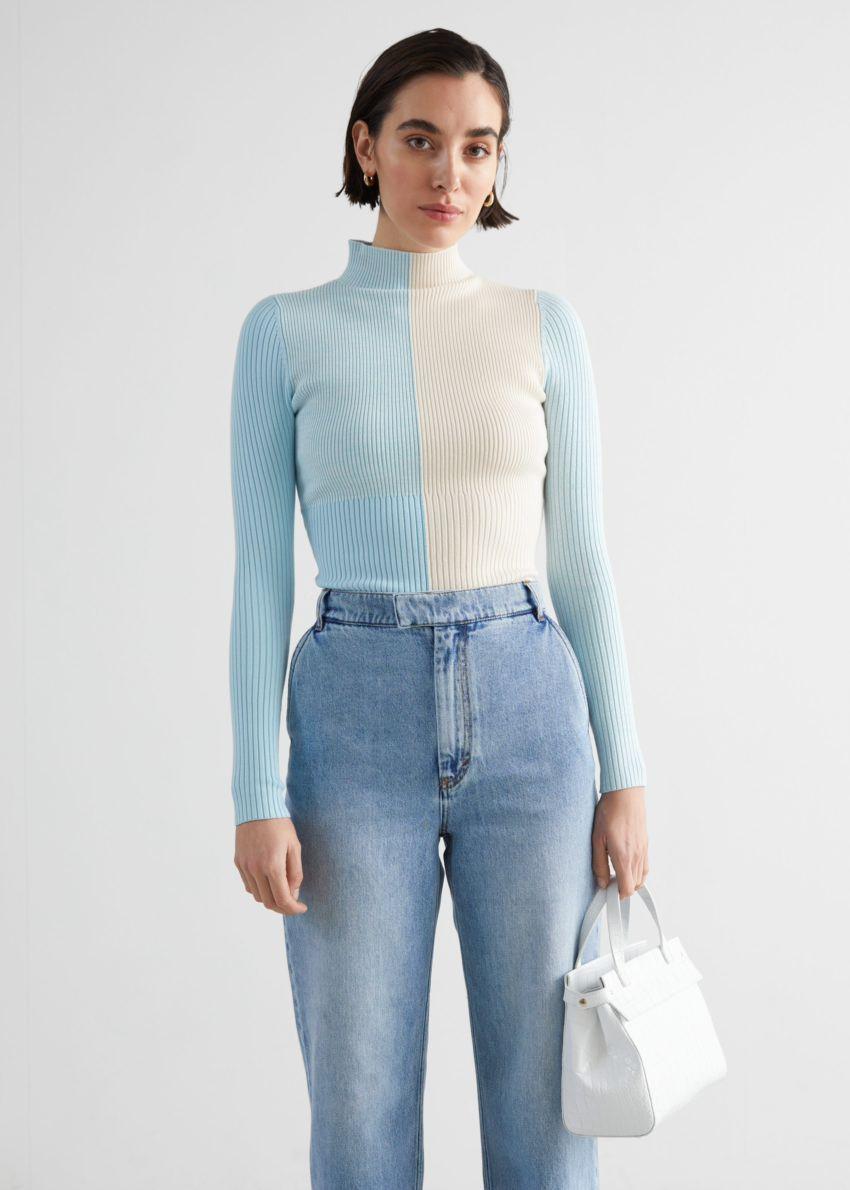 앤아더스토리즈 모크 넥 컬러 블록 립 스웨터의 블루 크림컬러 ECOMLook입니다.