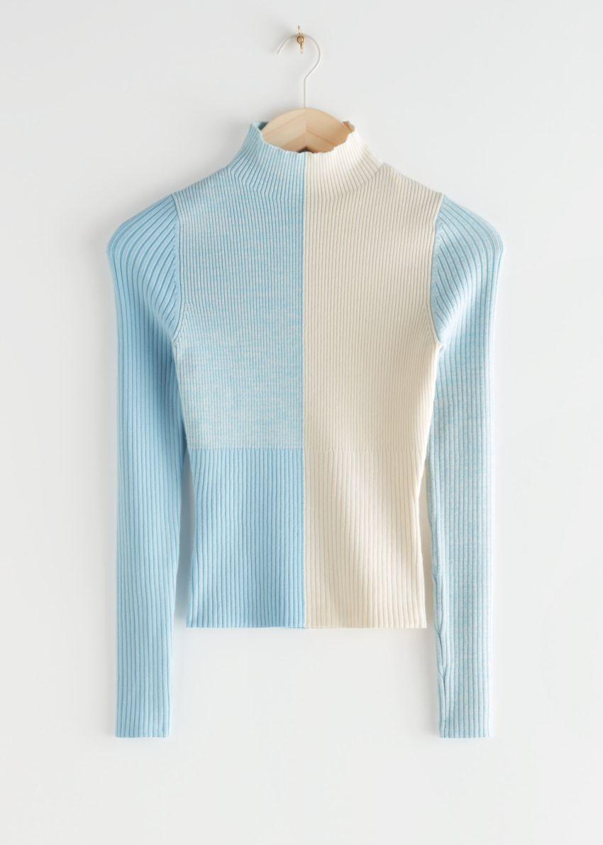 앤아더스토리즈 모크 넥 컬러 블록 립 스웨터의 블루 크림컬러 Product입니다.