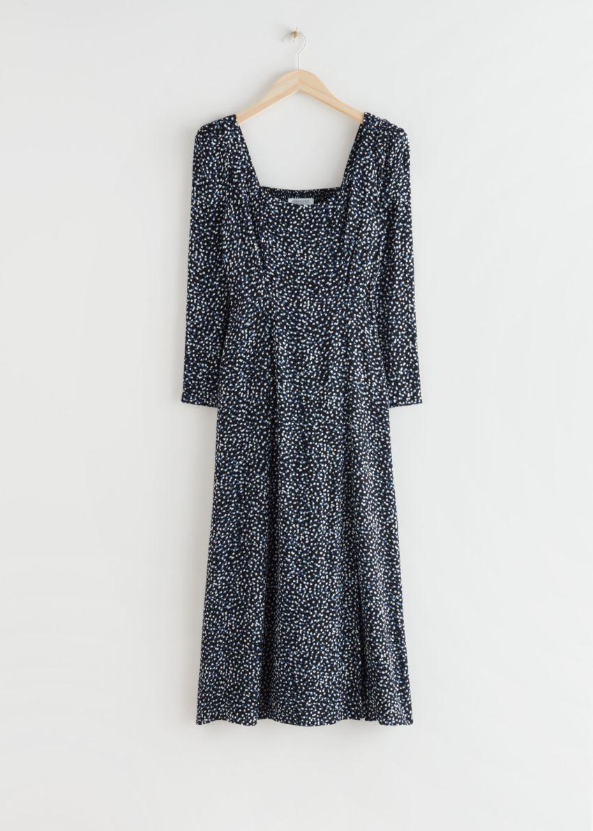 앤아더스토리즈 스쿠프 넥 퍼프 숄더 미디 드레스의 블랙 프린트컬러 Product입니다.