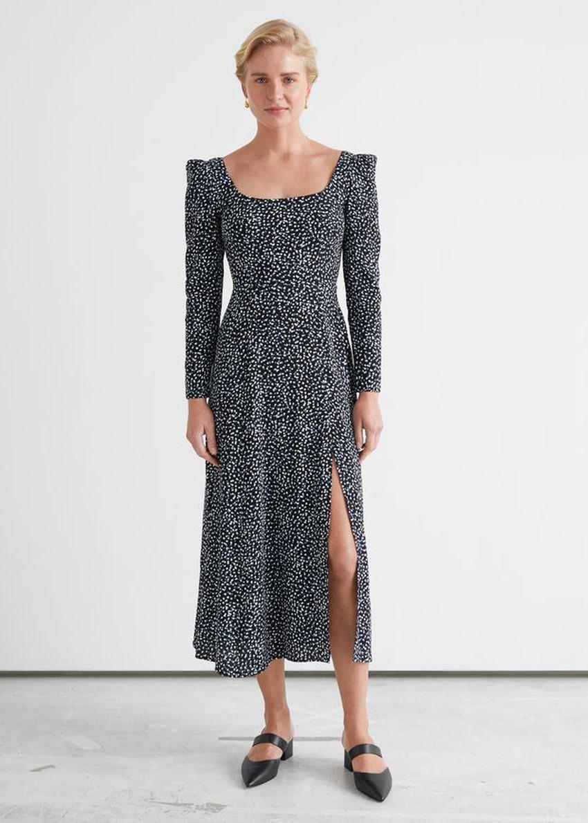 앤아더스토리즈 스쿠프 넥 퍼프 숄더 미디 드레스의 블랙 프린트컬러 ECOMLook입니다.