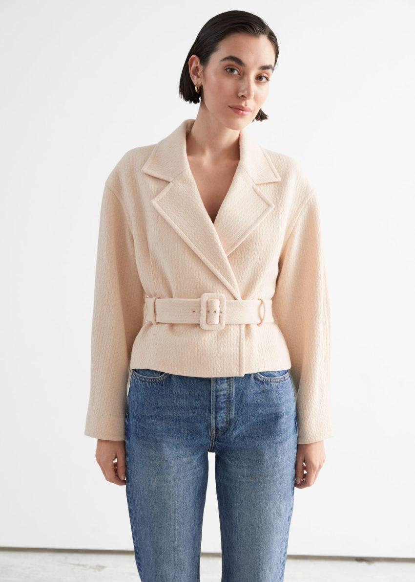 앤아더스토리즈 쇼트 벨티드 울 블렌드 재킷의 크림컬러 ECOMLook입니다.
