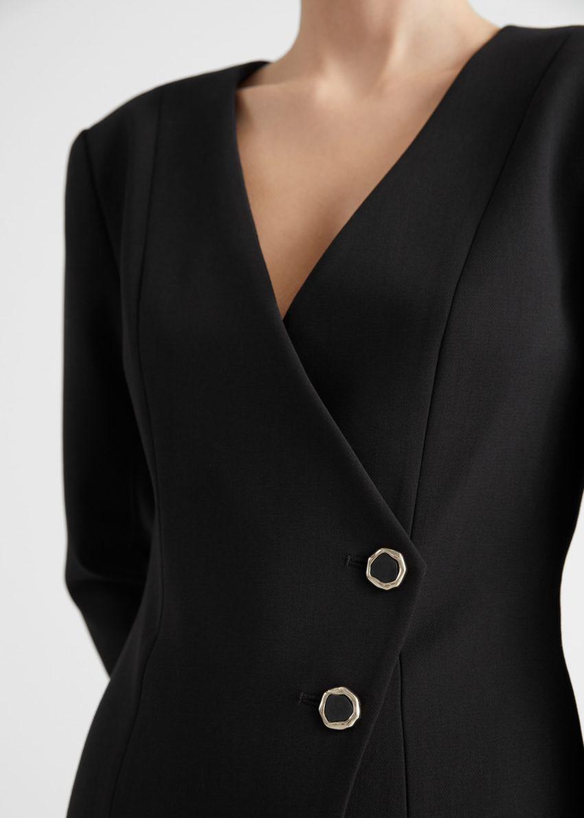 앤아더스토리즈 피티드 에이시메트리컬 패디드 숄더 미니 드레스의 블랙컬러 ECOMLook입니다.