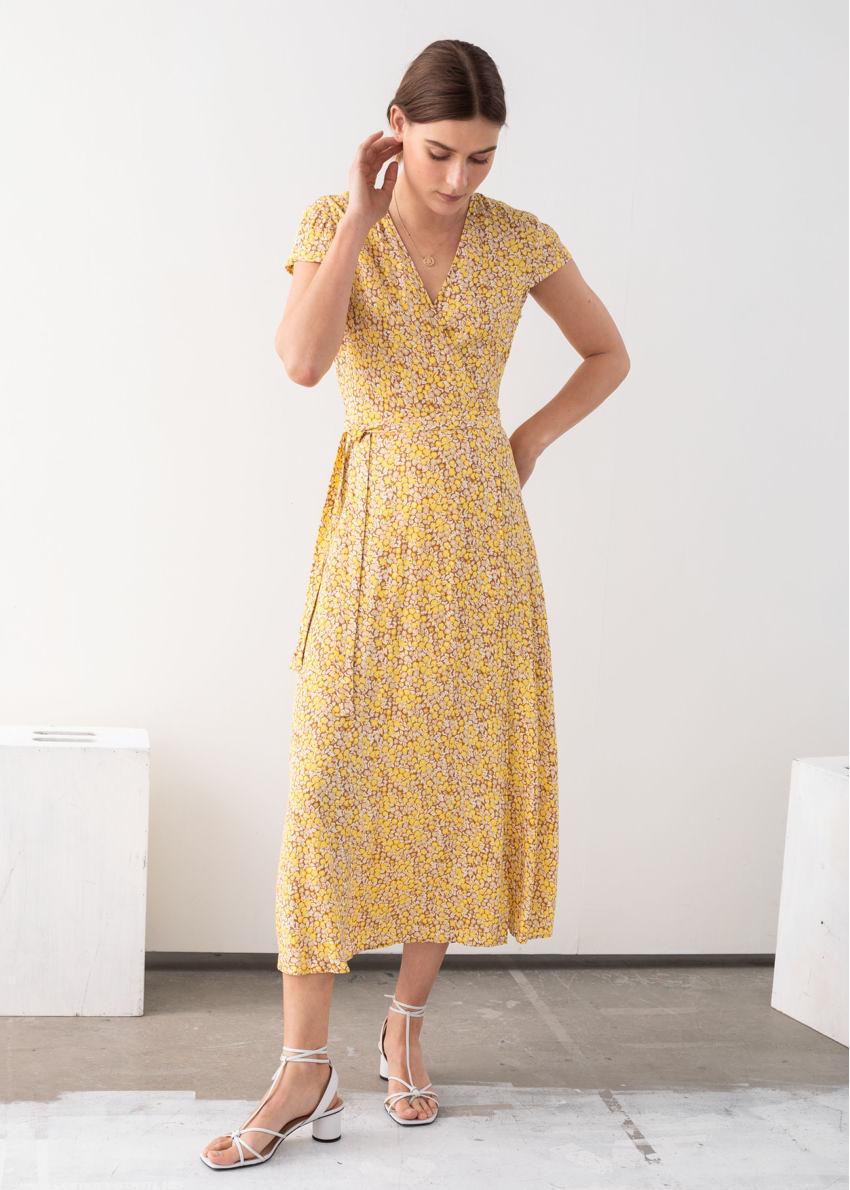 앤아더스토리즈 플로럴 미디 랩 드레스의 옐로우 플로럴컬러 ECOMLook입니다.