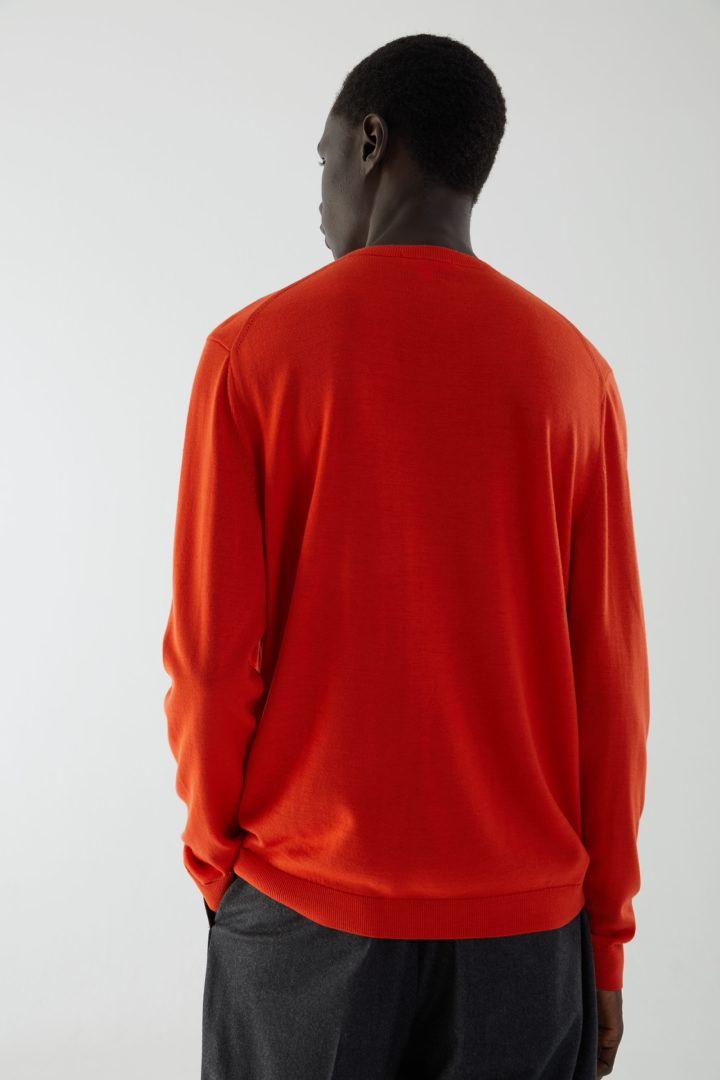 COS 메리노 크루넥 스웨터의 오렌지컬러 ECOMLook입니다.