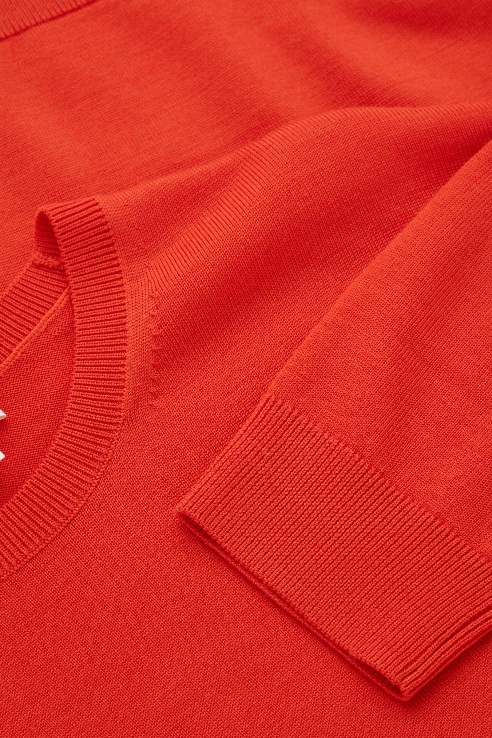 COS 메리노 크루넥 스웨터의 오렌지컬러 Detail입니다.
