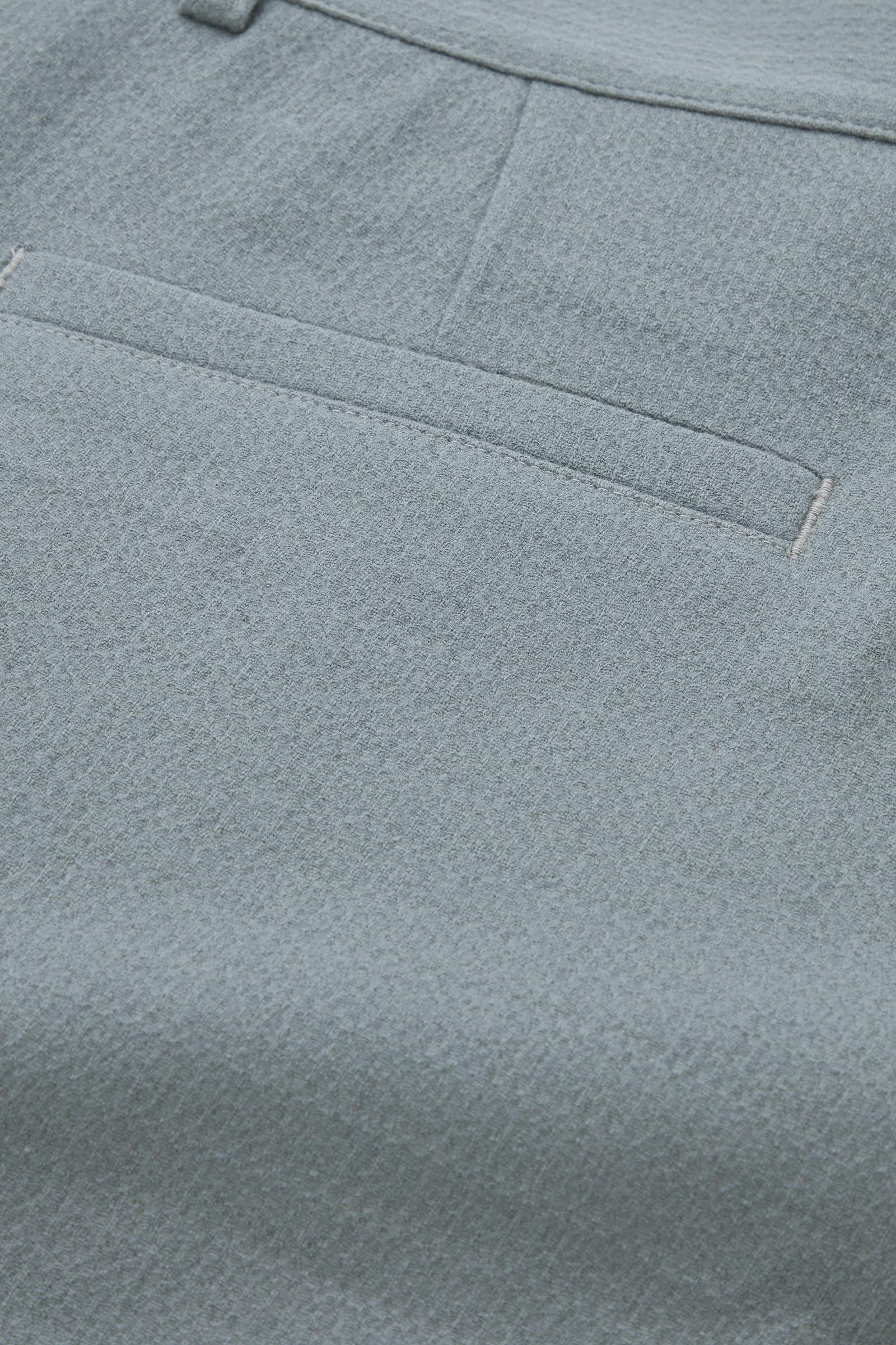 COS 울 크레이프 테이퍼드 레그 치노 트라우저의 그레이컬러 Detail입니다.