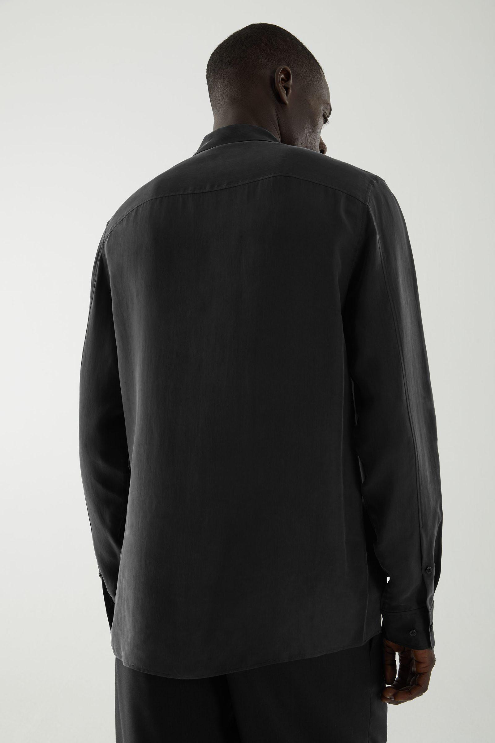 COS 쿠프로 클린 컷 셔츠의 블랙컬러 ECOMLook입니다.