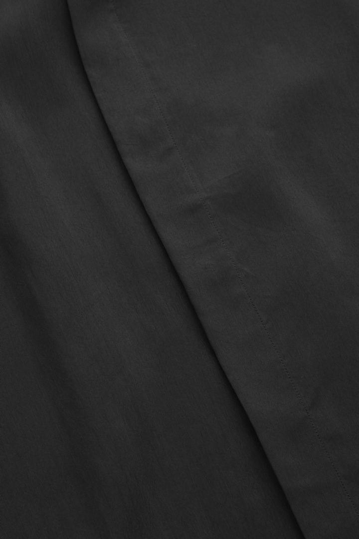 COS 쿠프로 클린 컷 셔츠의 블랙컬러 Detail입니다.