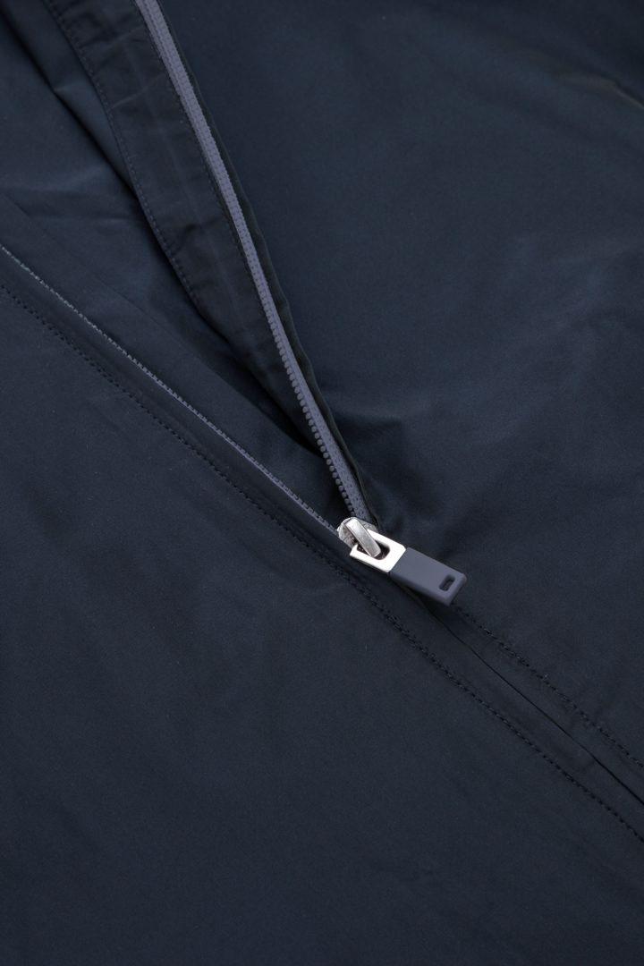 COS 리사이클 폴리에스터 테크니컬 후드 베스트의 네이비컬러 Detail입니다.