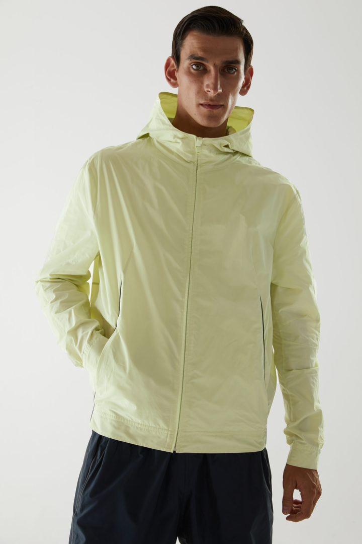 COS 리사이클 폴리에스터 네온 테크니컬 재킷의 네온 그린컬러 ECOMLook입니다.