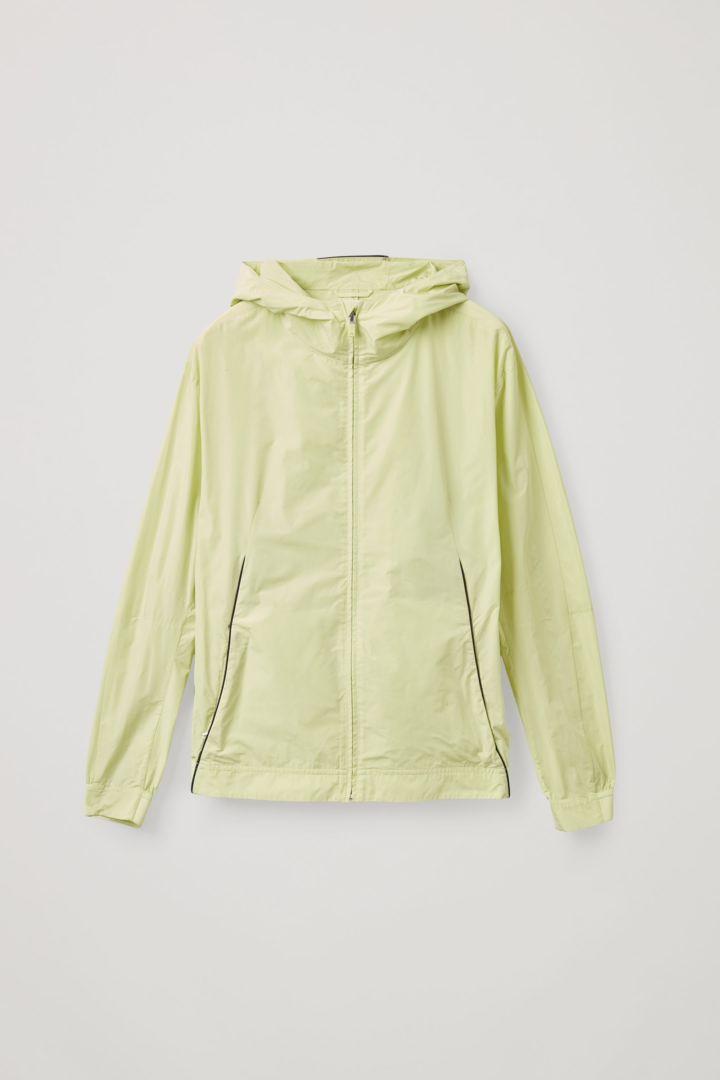 COS 리사이클 폴리에스터 네온 테크니컬 재킷의 네온 그린컬러 Product입니다.
