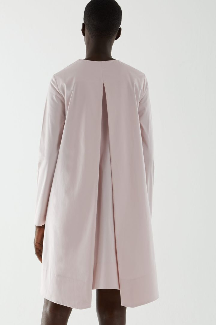 COS 박스 플리츠 A라인 드레스의 핑크컬러 ECOMLook입니다.