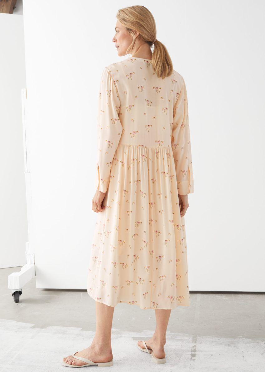 앤아더스토리즈 루즈 A라인 미디 드레스의 옐로우 플로럴컬러 ECOMLook입니다.