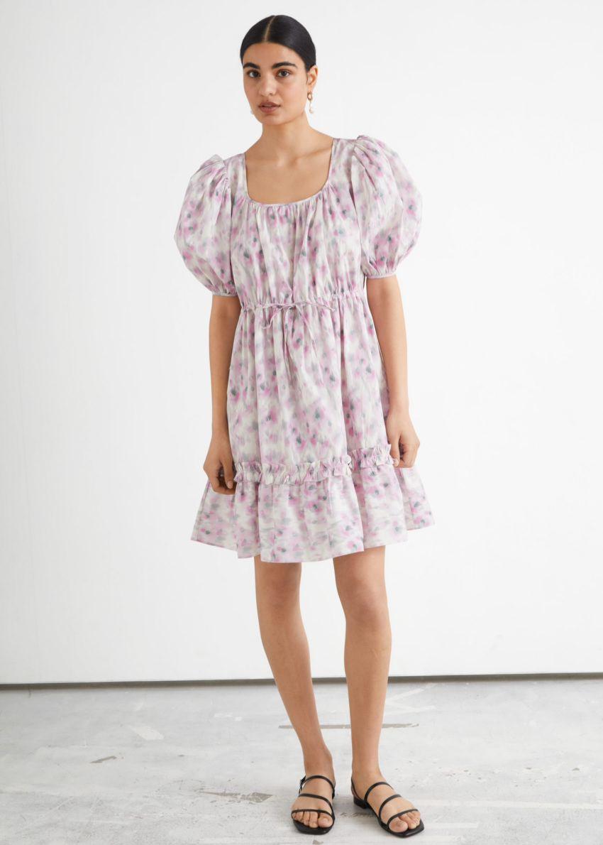 앤아더스토리즈 티어드 퍼프 슬리브 미니 드레스의 핑크 프린트컬러 ECOMLook입니다.