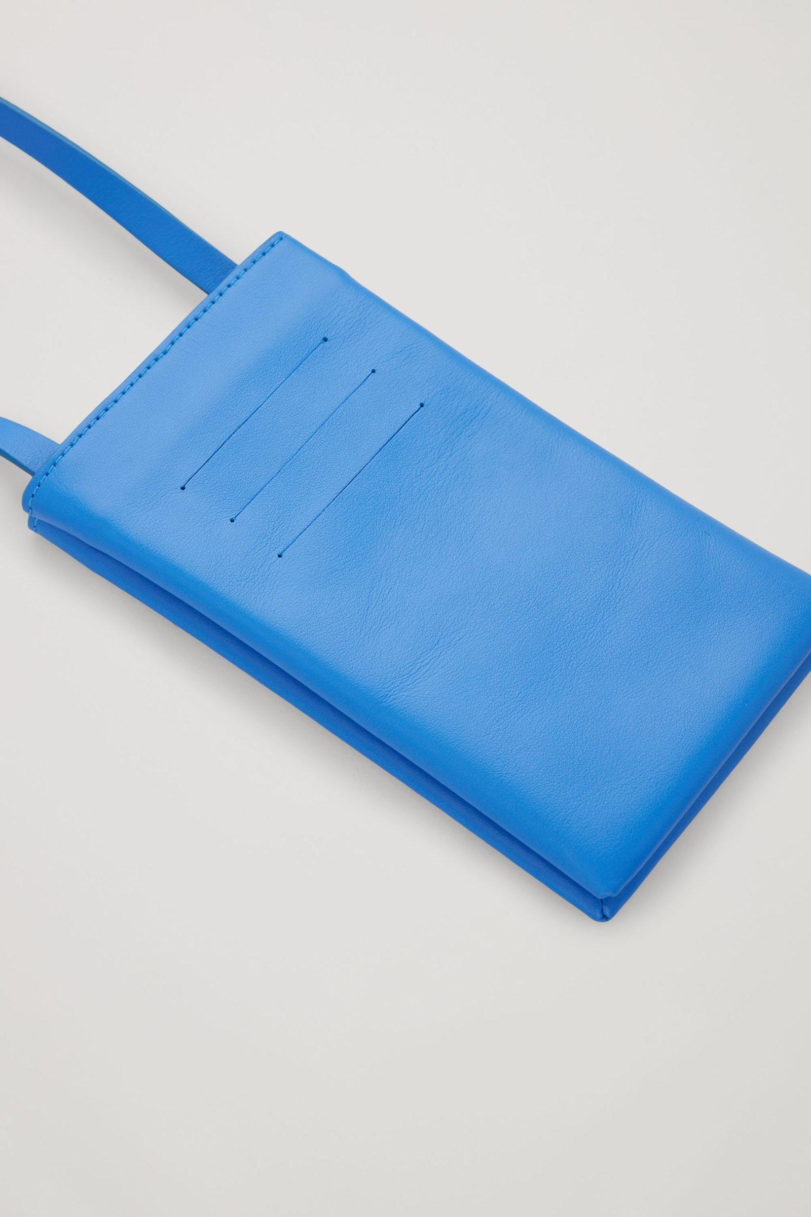 COS 레더 폰 파우치의 블루컬러 Detail입니다.