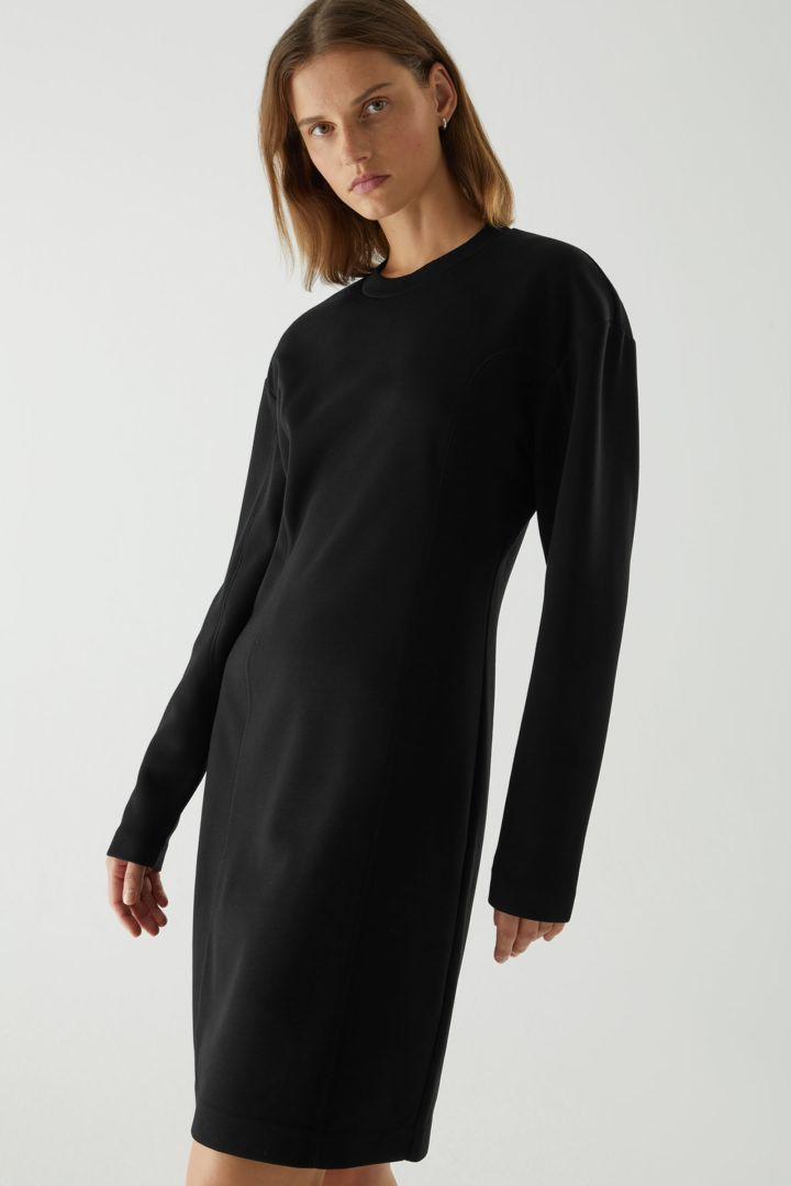 COS 테크니컬 커브드 패널 스웻셔츠 드레스의 블랙컬러 ECOMLook입니다.