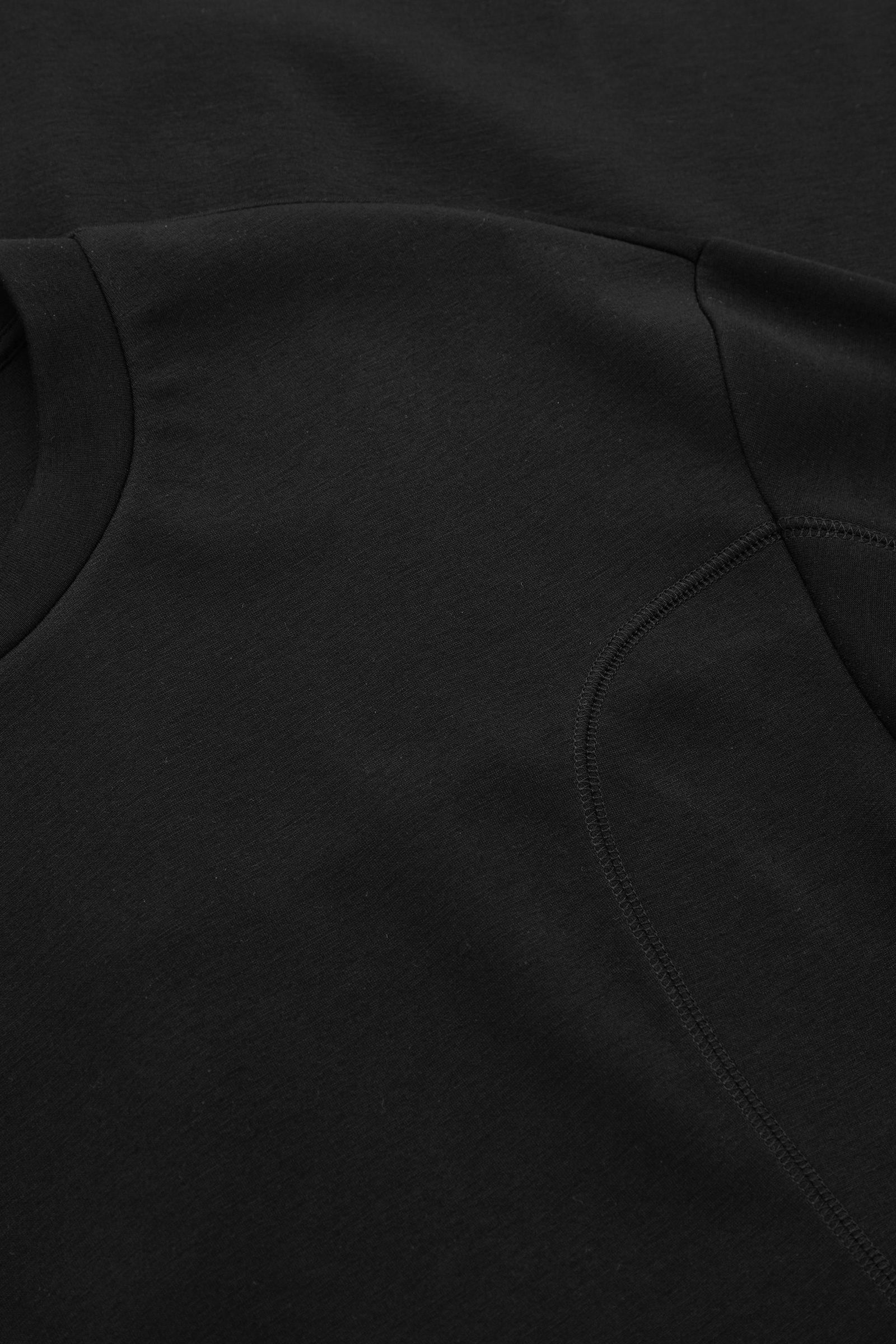 COS 테크니컬 커브드 패널 스웻셔츠 드레스의 블랙컬러 Detail입니다.
