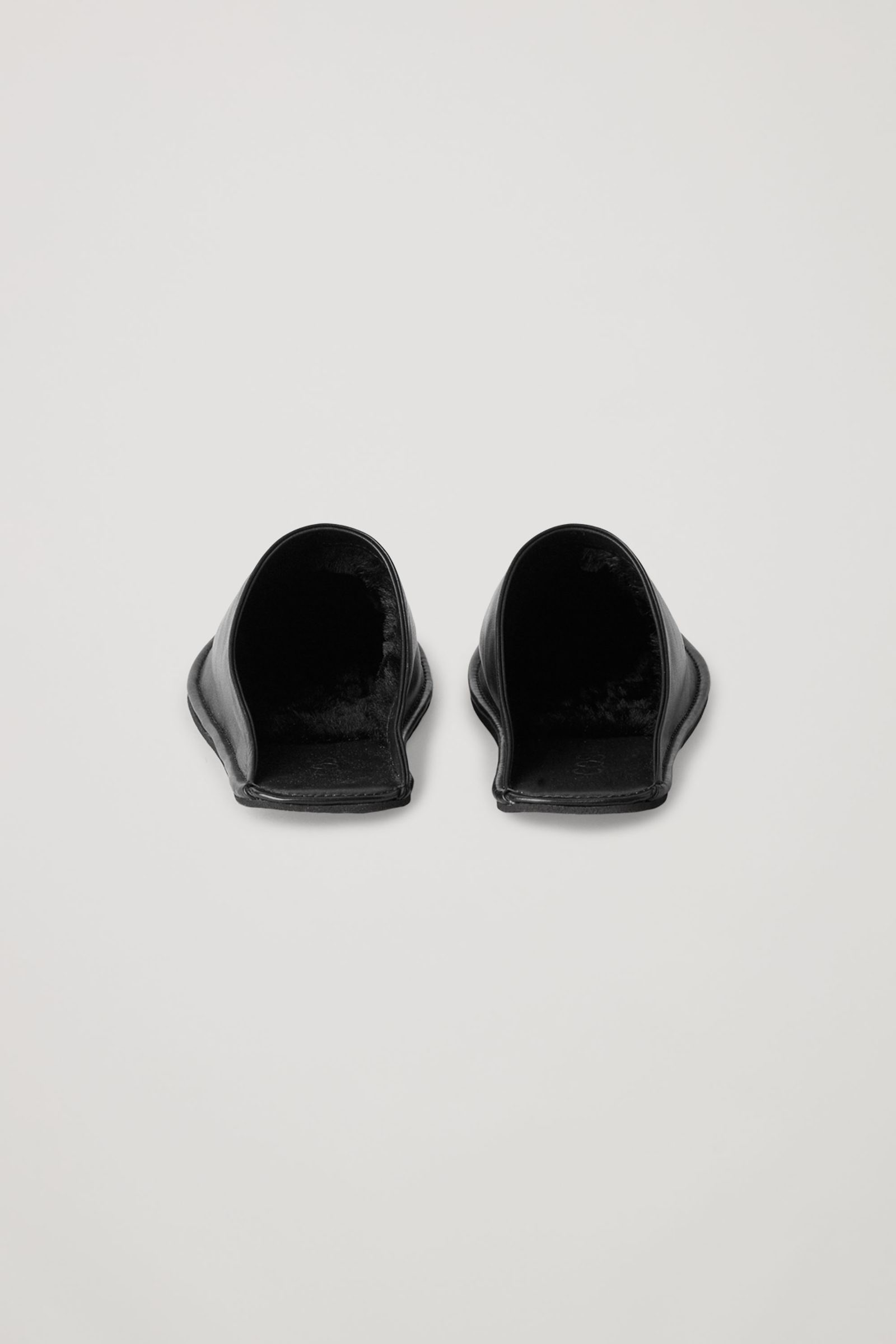COS 라인드 레더 슬리퍼의 블랙컬러 Product입니다.