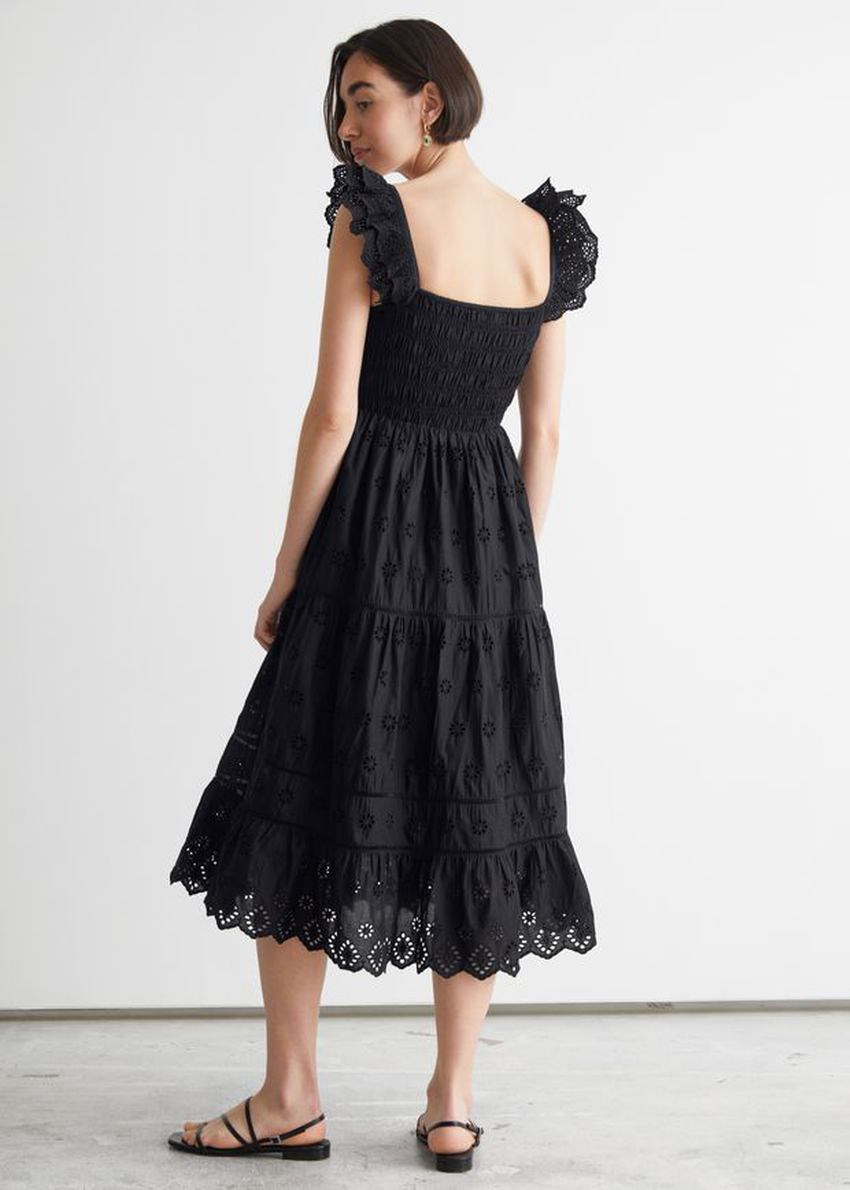 앤아더스토리즈 엠브로이더리 슬리브리스 미디 드레스의 블랙컬러 ECOMLook입니다.