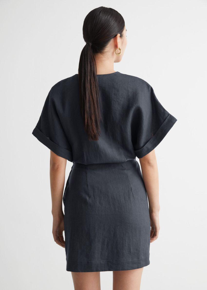 앤아더스토리즈 리넨 랩 미니 드레스의 다크 그레이컬러 ECOMLook입니다.