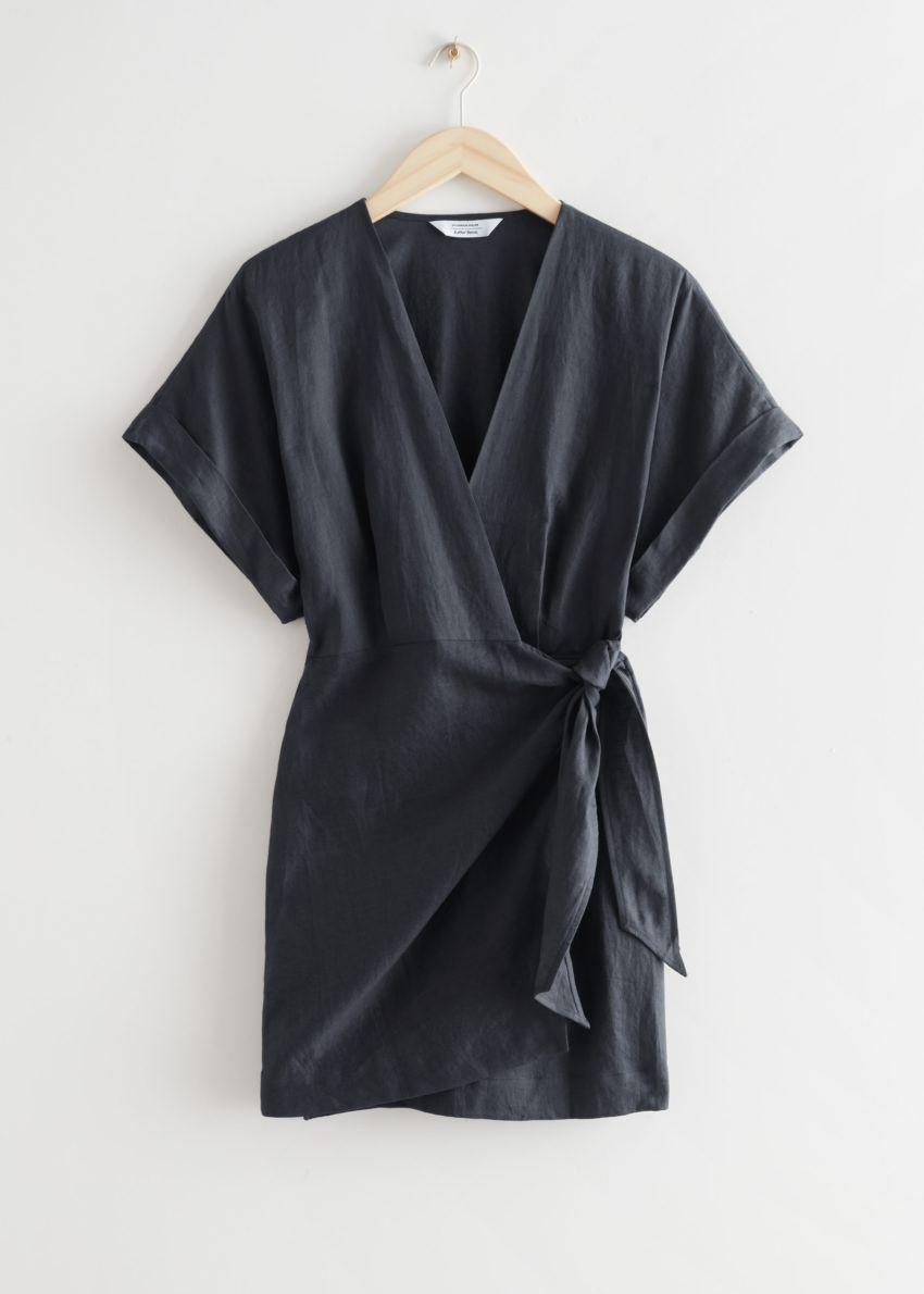 앤아더스토리즈 리넨 랩 미니 드레스의 다크 그레이컬러 Product입니다.