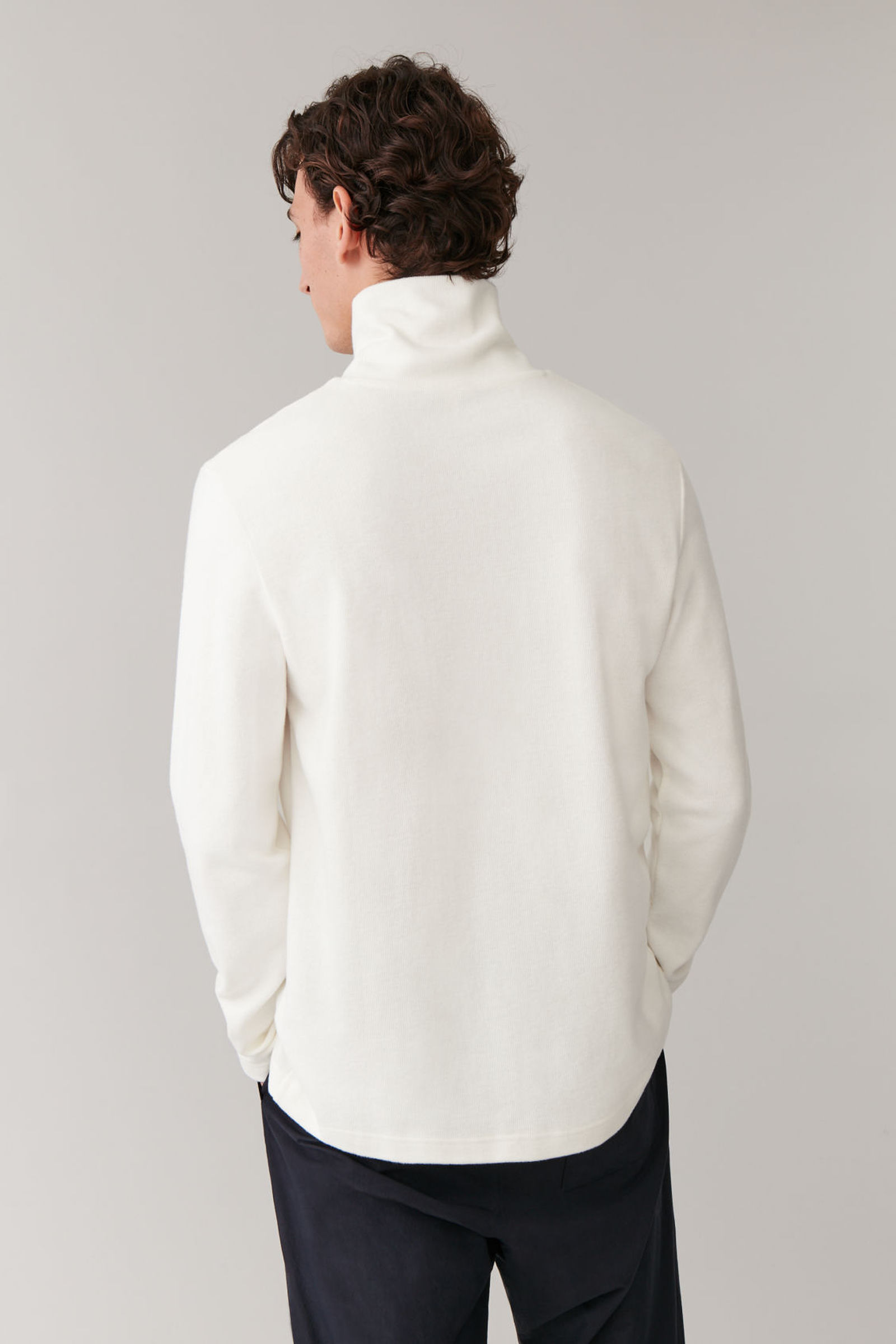COS 브러쉬드 코튼 스웨터의 화이트컬러 ECOMLook입니다.