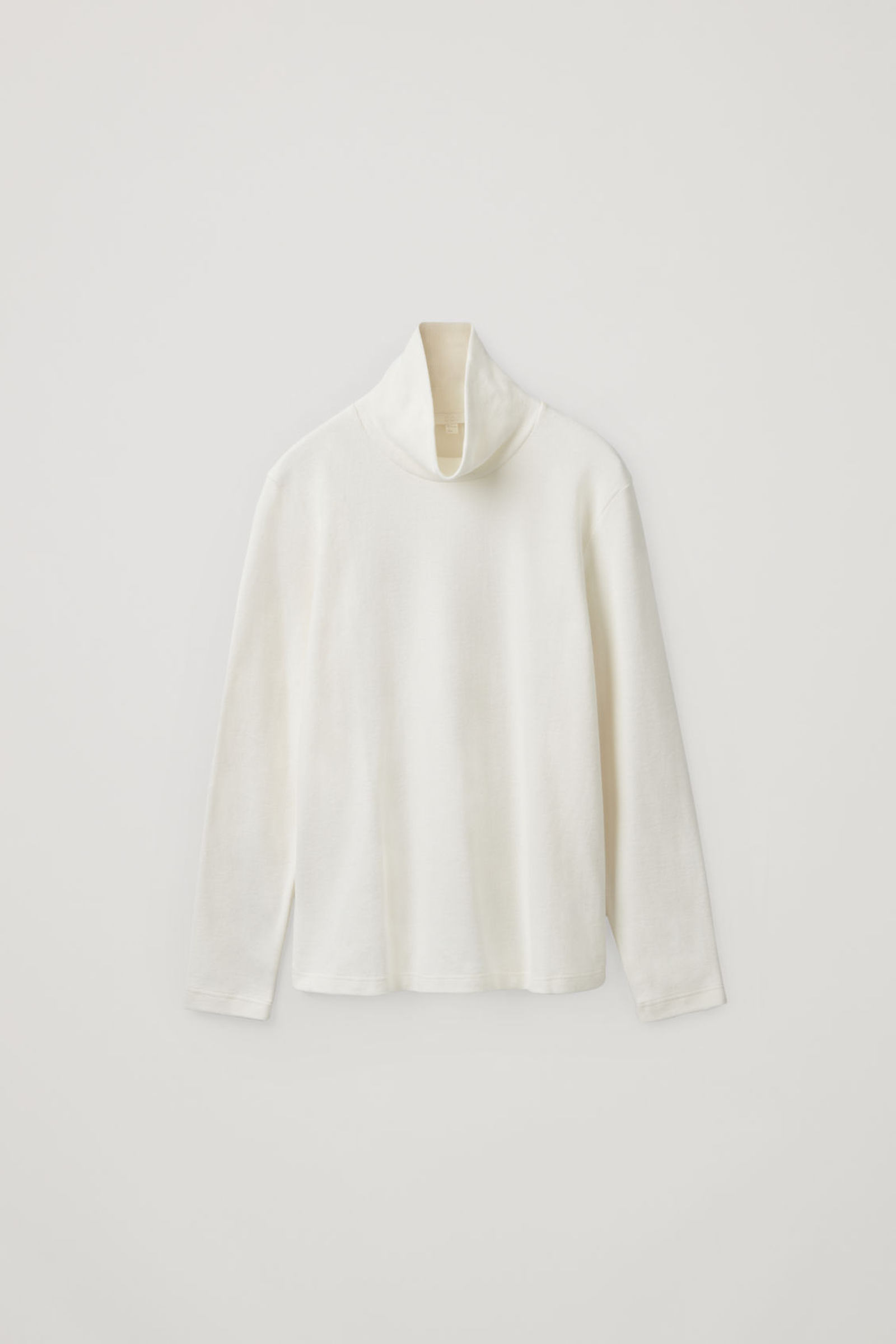 COS 브러쉬드 코튼 스웨터의 화이트컬러 Product입니다.