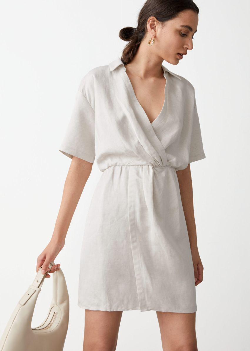 앤아더스토리즈 트위스트 웨이스트 트윌 미니 드레스의 화이트컬러 ECOMLook입니다.