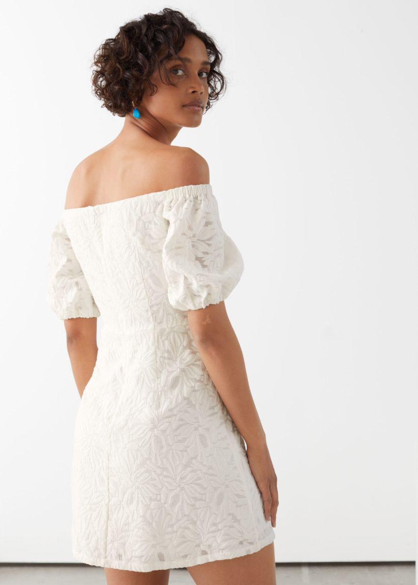 앤아더스토리즈 오프 숄더 벌룬 슬리브 미니 드레스의 화이트컬러 ECOMLook입니다.