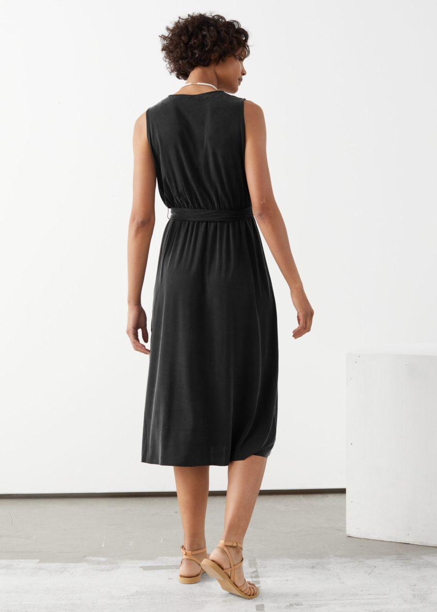 앤아더스토리즈 플런징 쿠프로 미디 드레스의 블랙컬러 ECOMLook입니다.